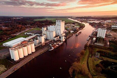 Der Industriehafen kurz nach Sonnenaufgang