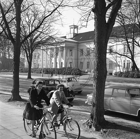 Peter Friedrich Ludwig Hospital mit Radfahrern und Autos